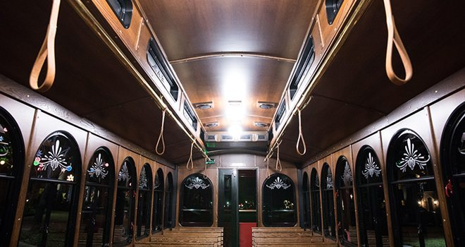 christmas-light-tour-prairie-trolley